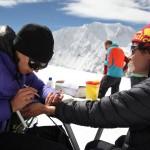 Blutentnahme im Camp II auf 6100 meter